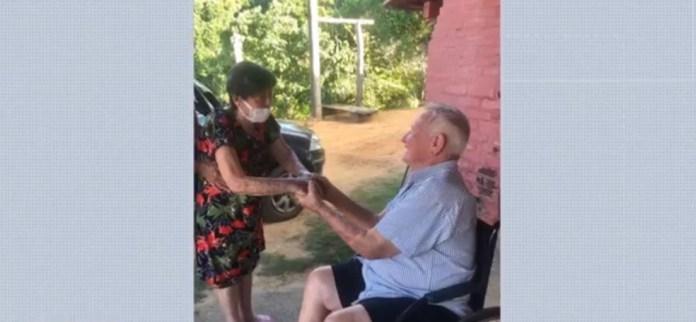 Casal de idosos se reencontrou após ambos terem contraído a Covid-19