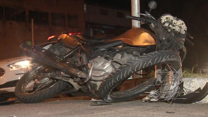 Moto de casal teve a parte da frente destruída após ser atingida por carro em Vila Velha
