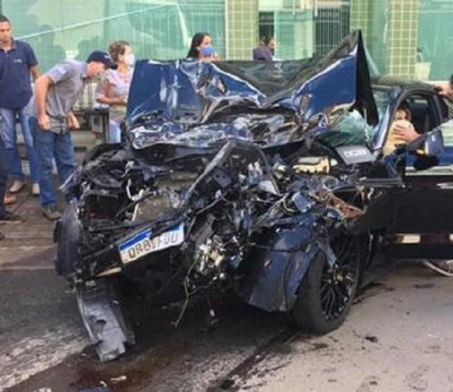 Vídeo mostra batida entre carro de luxo e carreta no ES