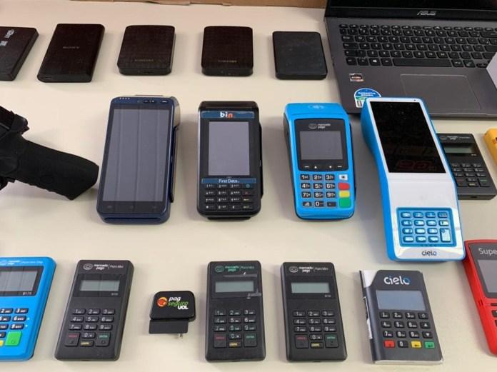 Máquinas de cartões de diversos tipos foram encontradas pela Polícia Civil — Foto: Divulgação/Polícia Civil