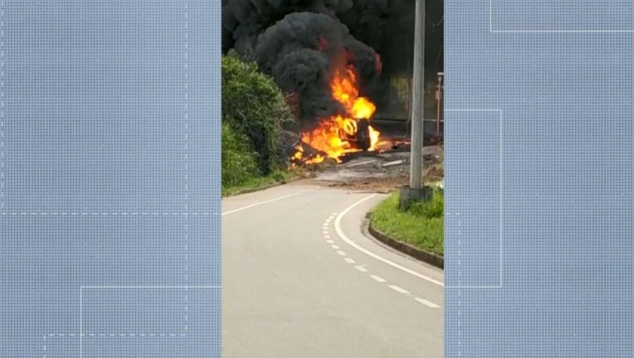 Caminhão-tanque pega fogo em Afonso Cláudio, ES