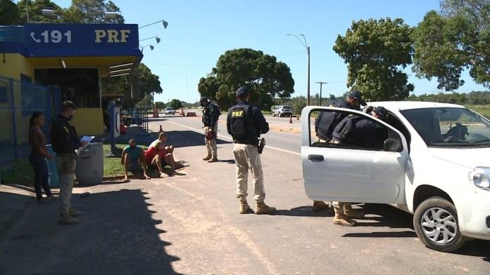 Detentos em saída temporária foram presos pela PRF com armas e drogas dentro de carro na BR-101