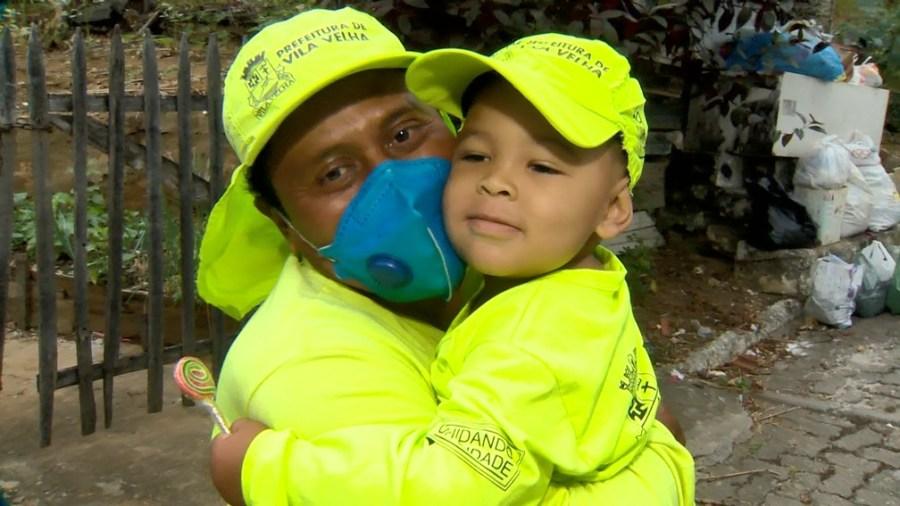 Coletores compartilham carinho com criança apaixonada por profissão de gari, no ES — Foto: Ari Melo/ TV Gazeta