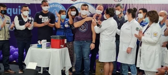 Prefeito de Viana, Wanderson Bueno, foi vacinado contra Covid-19 em estudo com AstraZeneca — Foto: Roger Santana/TV Gazeta