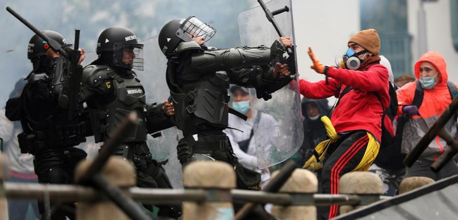 Manifestantes e policiais se enfrentam durante protestos em Bogotá