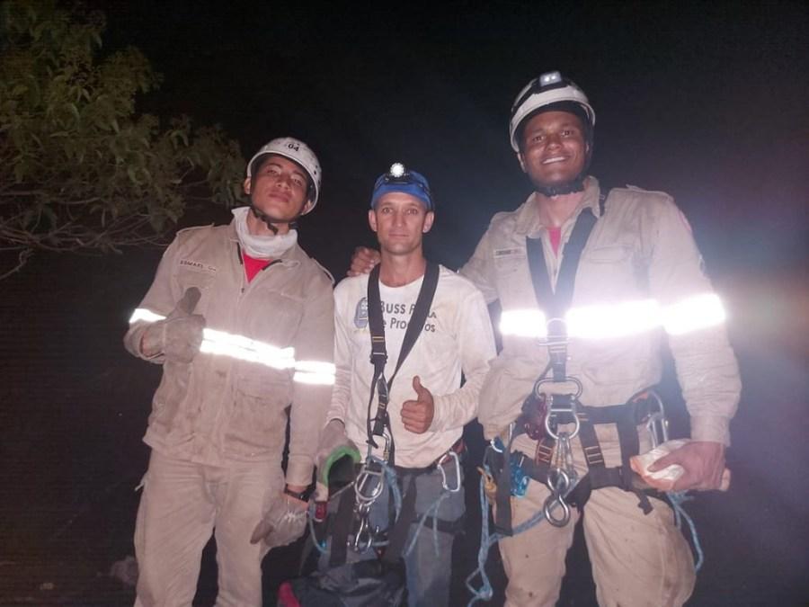 Homem é resgatado depois de ficar preso em pedra de Itaguaçu, no ES — Foto: Divulgação/ CBMES