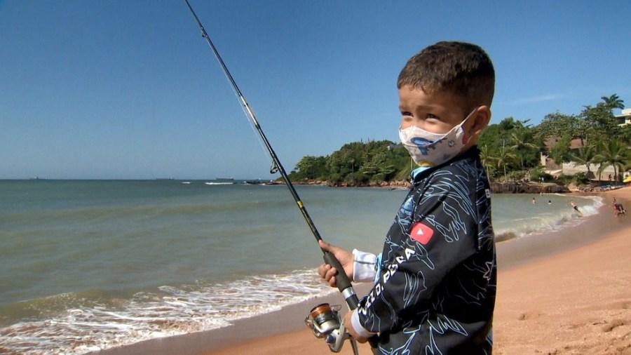 Menino de 3 anos pesca com o pai no ES — Foto: Reprodução/ TV Gazeta