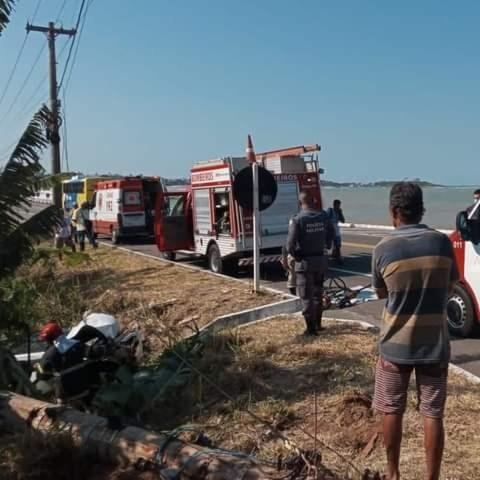 Carro cai em ribanceira e motorista é resgatado no ES — Foto: Reprodução/ TV Gazeta