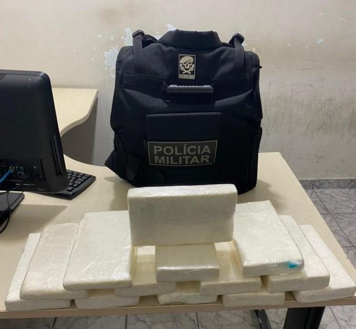 Pasta base de cocaína foi encontrada dentro de mochila de passageira no ES — Foto: Divulgação/ PMES