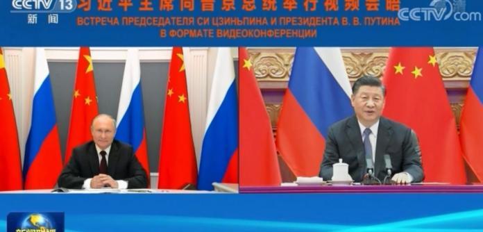 Os presidentes Xi Jinping e Vladimir Putin em videoconferência