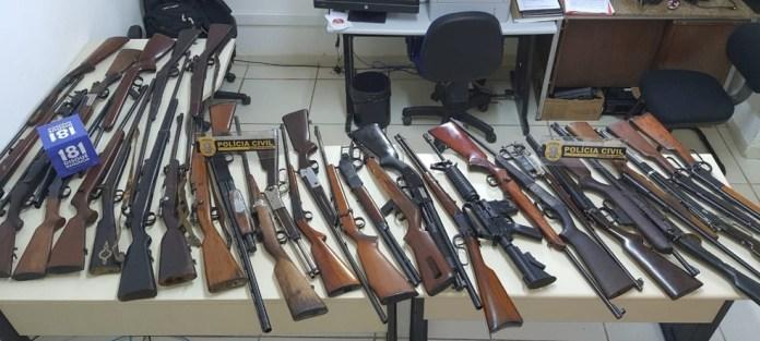 Parte das armas apreendidas em casa de ex-militar do Exército em Cachoeiro de Itapemirim — Foto: Divulgação/Polícia Civil