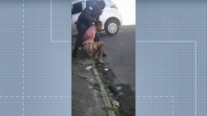Policial Militar deu tapa no rosto de homem suspeito de roubo no momento da prisão, em Cariacica