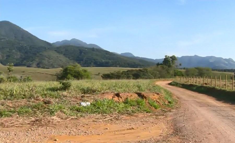 Carro foi encontrado dentro de mata em área rural da Serra, ES — Foto: Reprodução/ TV Gazeta