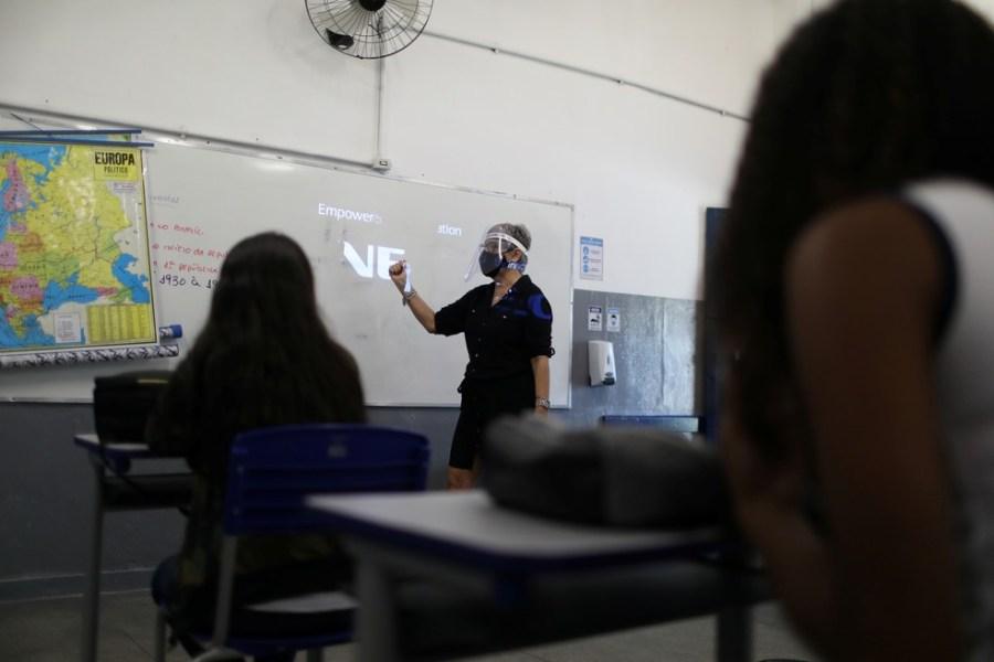 Foto mostra aula em novembro Escola Municipal de Aplicação Carioca Coelho Neto, no Rio de Janeiro, enquanto algumas escolas retomam a abertura gradual. — Foto: Pilar Olivares/Reuters