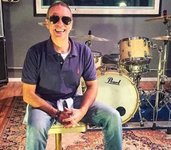 Dudu Braga ao lado da bateria que era uma de suas paixões musicais. — Foto: Reprodução/Instragram