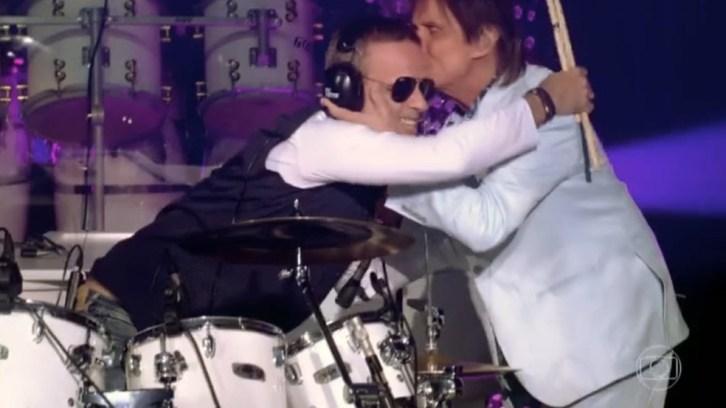 """Roberto Carlos beija o filho Dudu Braga durante apresentação da banda """"RC na Veia"""". — Foto: Reprodução/TV Globo"""