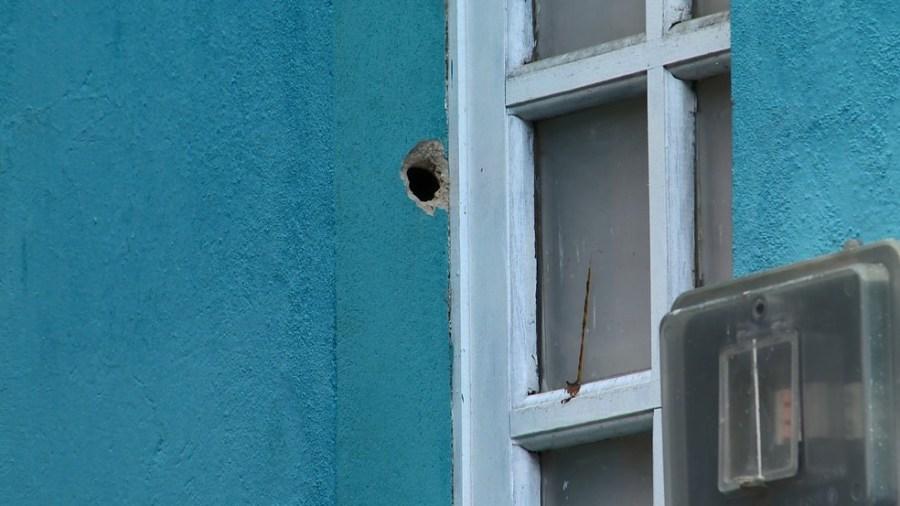 Casa atingida por disparo feito por criminosos em Nova Palestina, Vitória