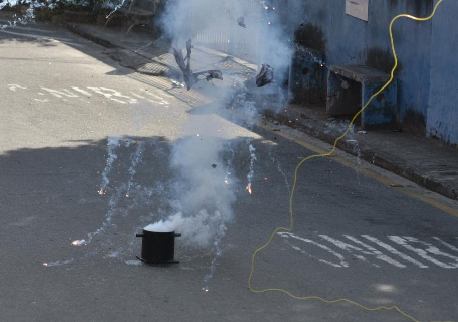 Bomba caseira foi explodida por esquadrão da PM em Vitória — Foto: Fernando Madeira/Rede Gazeta