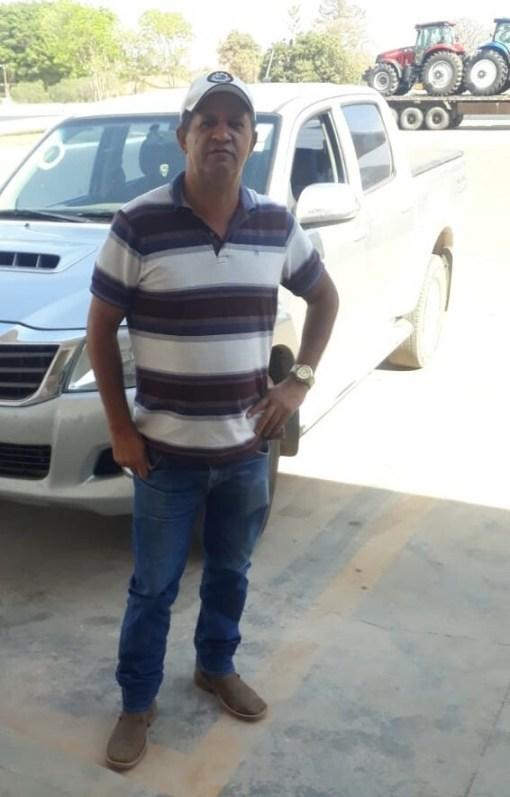 Descrição: Empresário José Carlos Carneiro enfrente veículos usados para transporte de cargas. Foto: Arquivo pessoal