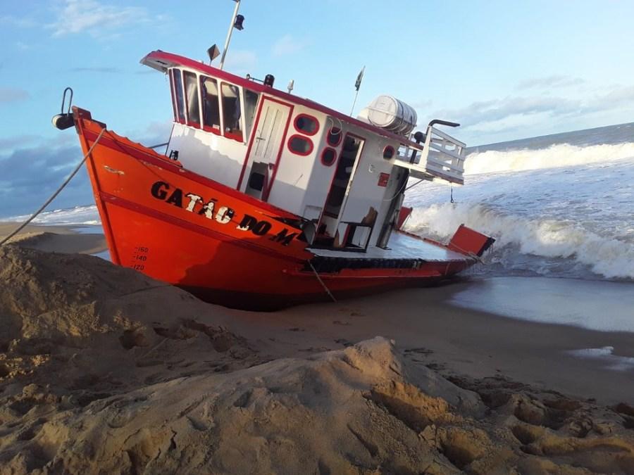 Barco de pesquisa encalhou na praia de Povoação, Norte do ES — Foto: Iremar Moraes