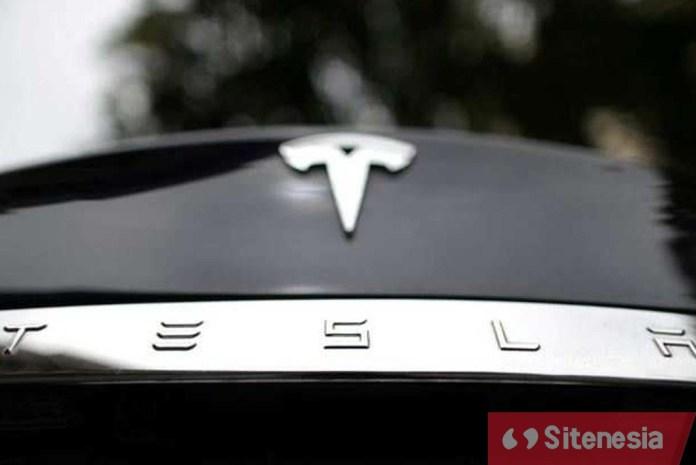 Gambar Mobil Listrik Tesla Yang Meledak Karena Menabrak Truk Derek