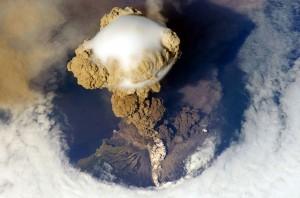 O vulcão Sarychev Peak, em Matua Island, entrou em erupção em 12 de junho de 2009. Uma nova pesquisa mostra que as erupções deste tamanho podem contribuir mais para a calmaria recente aumento da temperatura global do que se pensava anteriormente.  Crédito: NASA