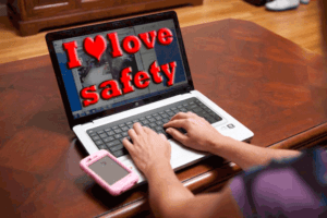 ragazza digita sul computer le parole i love safety