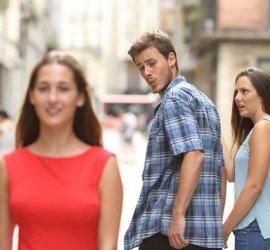 uomo guarda altre donne
