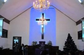 Pendeta masuk konsistori setelah bersalaman dengan jemaat yang maju dari bangku masing-masing.