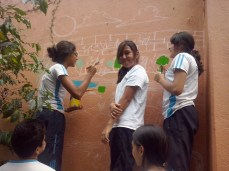 Artistas trabajando en el mural