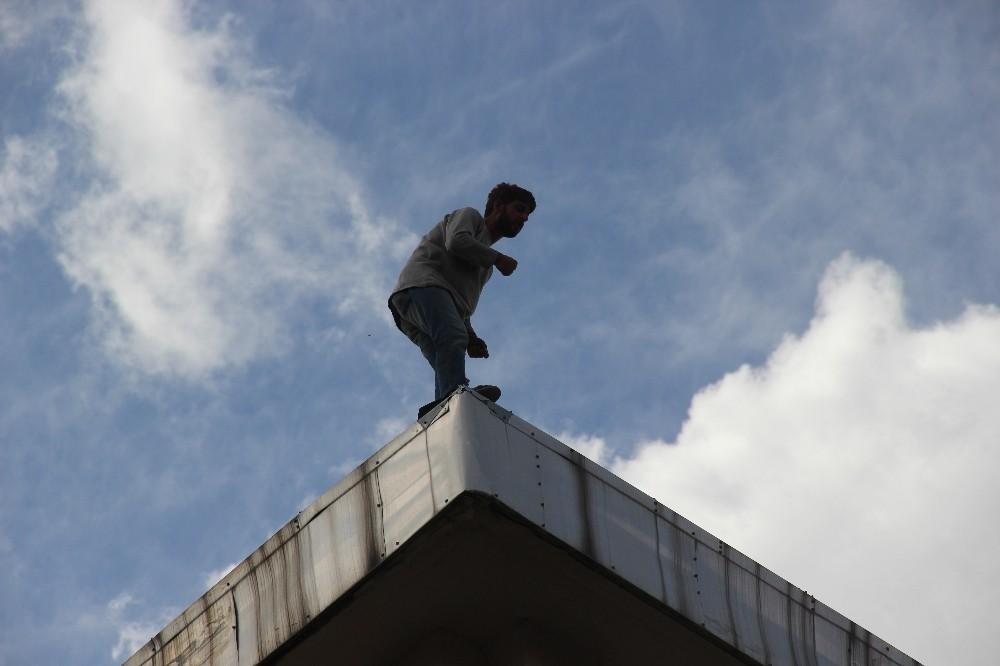 Banka çatısındaki şahsı görenler, Covid-19'u unuttu