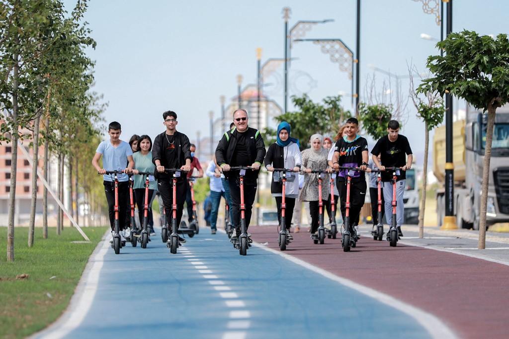 Belediye Başkanı Bilgin, scooter'a binerek gençlerle yarıştı