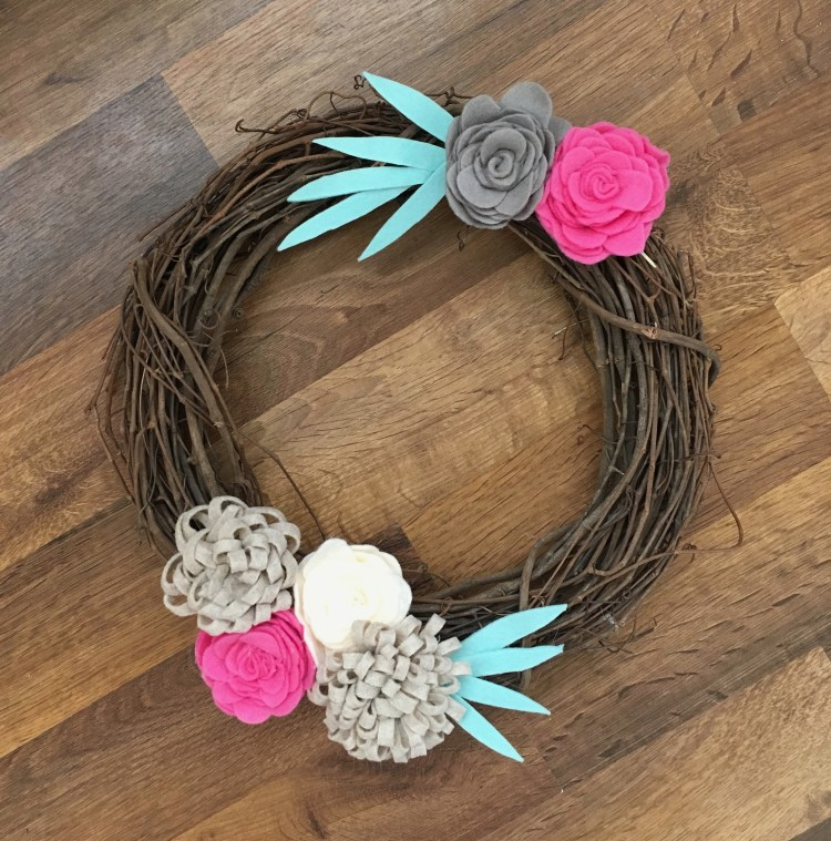 Felt Flowers DIY | DIY Wreath | Spring Decor | DIY Farmhouse Decor | Spring Wreath | Wreath Tutorial | Felt Flower Tutorial |