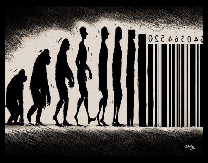görselde maymundan insana doğru giden siyah beyaz bir insan gelişimi en sonunda barkod halini almaktadır.