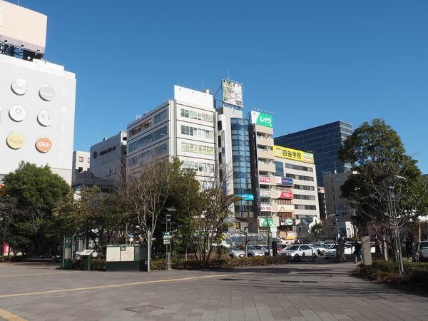仙台駅東口の一般車両乗降場の待合ベンチ