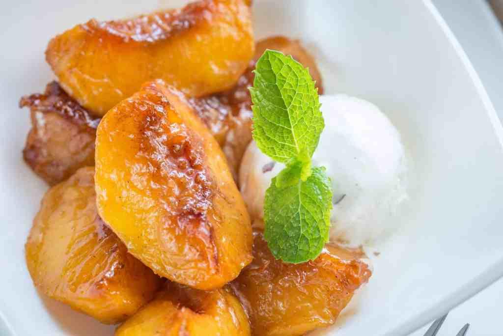 Caramelize caramelized peaches with vanilla ice cream PJR8UZ8