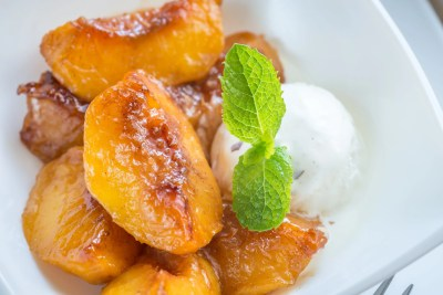 Caramelize caramelized peaches with vanilla ice cream PJR8UZ8