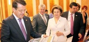 Мэр Казани Ильсур Метшин принял участие в акциях «Подпиши родителей. Подпиши близких» и «Дерево добра»
