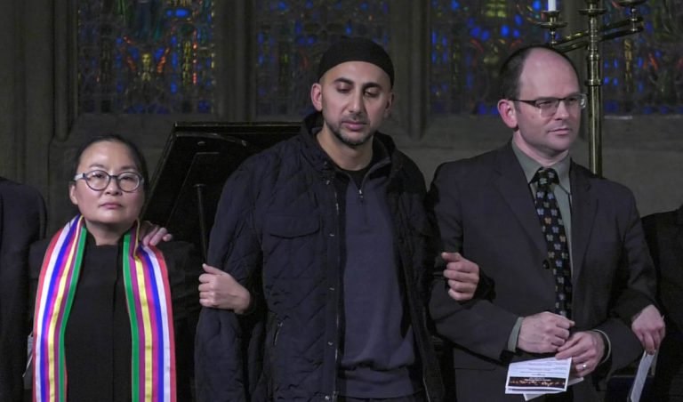 Faith leaders stand in solidarity with immigrant communities at an interfaith vigil in Chicago on Dec. 1, 2016. (Alexa Mencia/MEDILL)