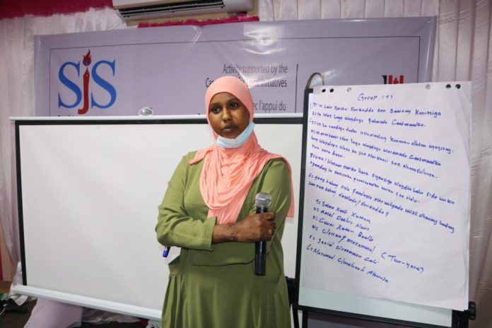 TUSMO TV reporter, Salma Hussein presents a group work during a session on freedom of the media and safety. | PHOTO CREDIT/SJS.