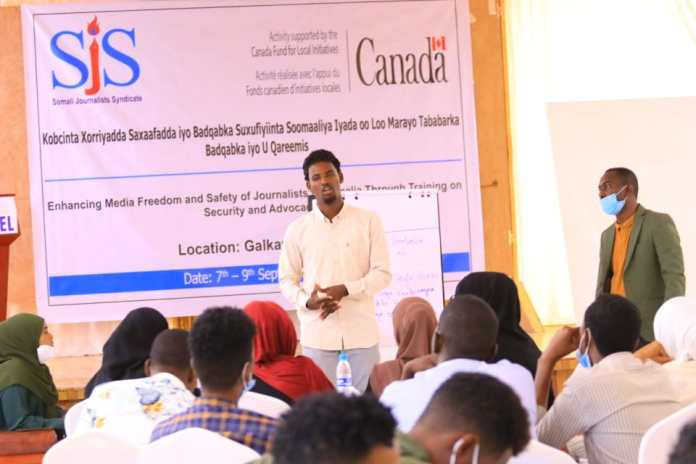 A journalist shares safety advice with fellow journalists during the end of a three-day training in Galkayo, Mudug on Thursday 9 September, 2021. | PHOTO CREDIT/SJS.