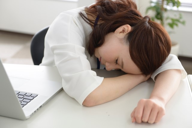 食後の眠気がひどい場合の原因と対処法【ツボ・ドリンク・グッズ】