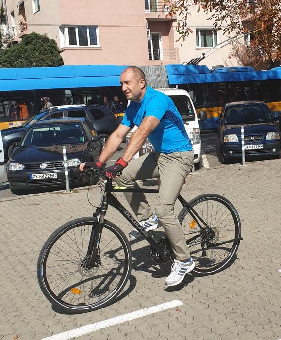 Президентът Румен Радев отиде на работа с колело, екипът му е в шок (СНИМКИ)