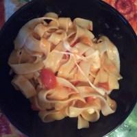Makaronai su vyšniniais pomidorais ir mocarelos sūriu