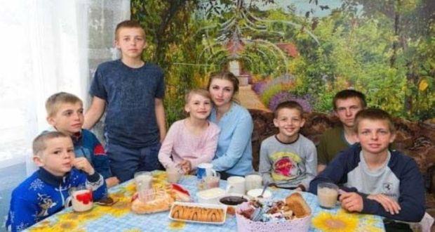 Студентка на 20 години е принудена да се грижи за своите 7 братя и сестри