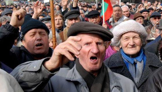 Жалката истина за България: Пенсионерите с 200 лв. пенсия майките с 40 лв. детски а непълнолетните роми с деца по 1400 лв