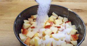 Ако имате 2 ябълки у дома непременно опитайте: Обърната торта с вкус на карамел - вкус-чудо за половин час: