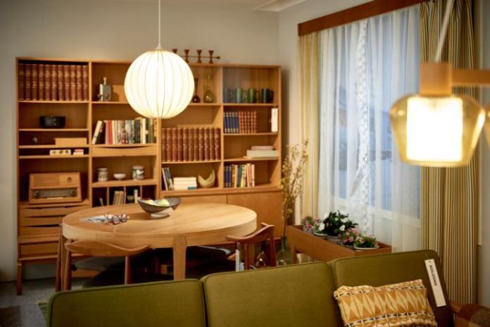 Sofa KOLDING, szafki systemu MTP oraz krzesła do jadalni DANSKE z lakierowanego drewna dębowego, to część oferty dostępnej w latach 60-tych