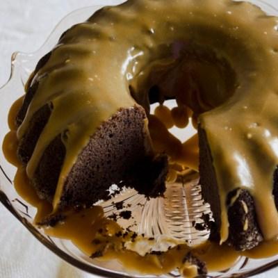 Šokoladinis Guinness pyragas su karameliniu glaistu