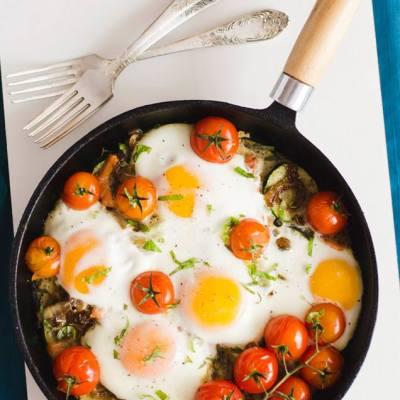Kepti kiaušiniai orkaitėje su cukinija ir karamelizuotais svogūnais